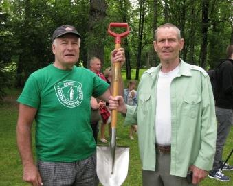 selle labidaga on 1992 tamme istutanud ka Rootsi kuningas Carl XVI Gustaf. Nüüd hoiavad seda nimeplaadiga tööriista kurusevennad Juhan ja Enn (Reinvee)
