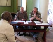 vasakult: ELKS juhatuse liikmed J. Riis, J. Telgmaa ja esimees V. Hansen