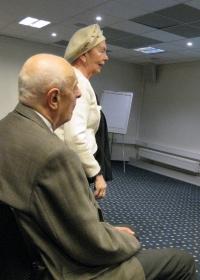 Mats Traat (istub) koos abikaasaga